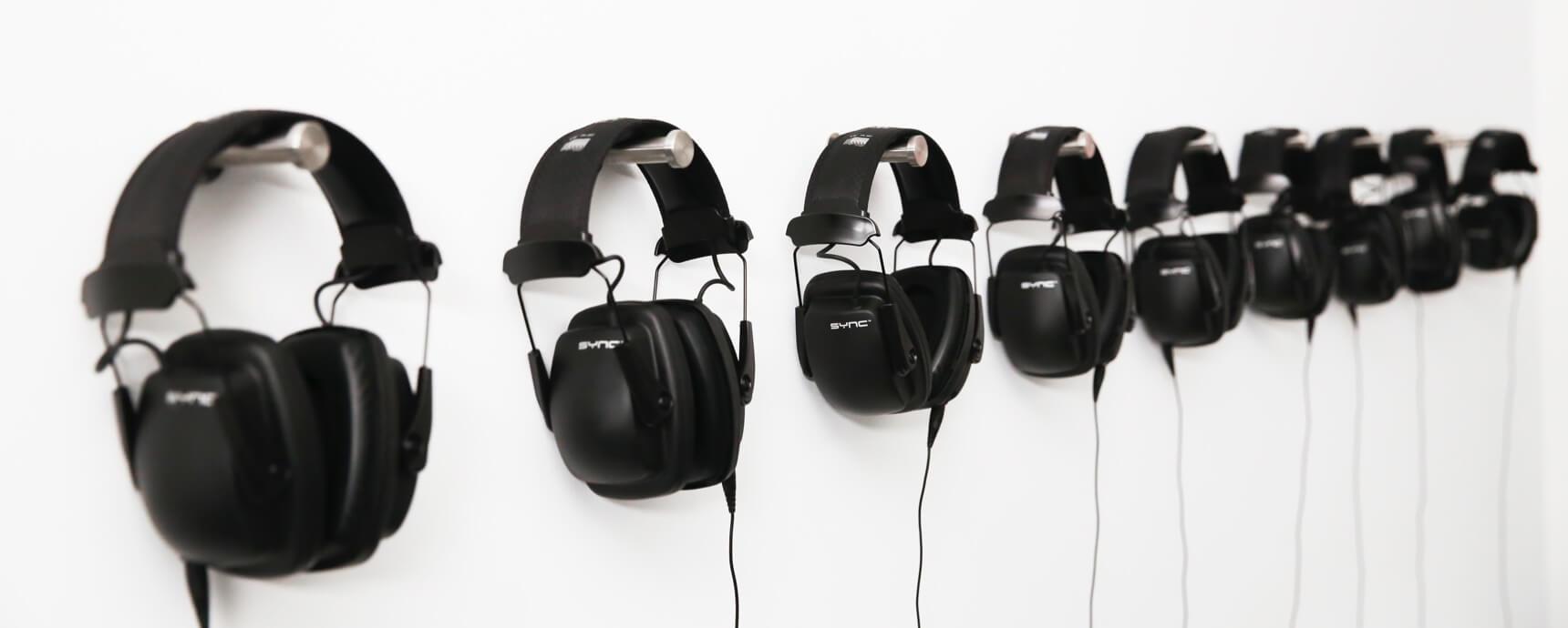 Kopfhörer an der Wand